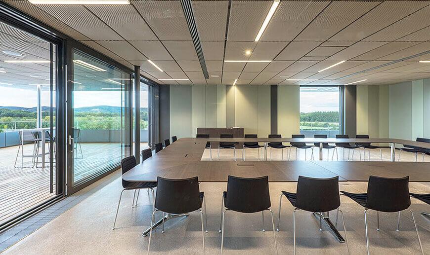 Croma_Headquarter_Architekturprojekt_farkgestaltung_ingo_nussbaumer_querkraft_Besprechungsraum