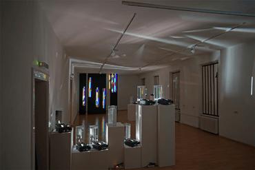 Installation-11_ganzer-Raum-vorne_Ausstellung_Galerie_Marenzi_Leibnitz_Steiermark_Kunst_Ingo_ Nussbaumer
