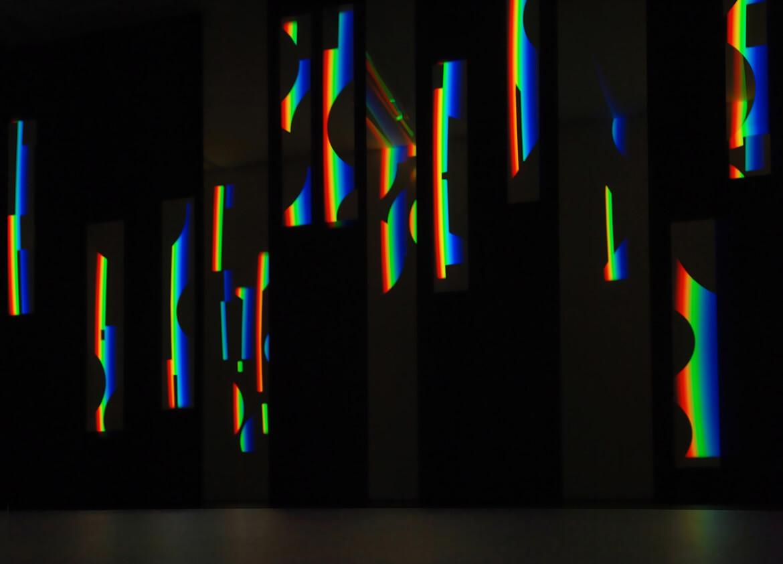 Foto der prismatischen Farben, die auf Schablonen geworfen werden