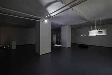 Ausstellungsraum mit der Installation, die prismatisches Licht einsetzt