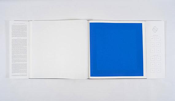 Blaue Serigrafie im Buch