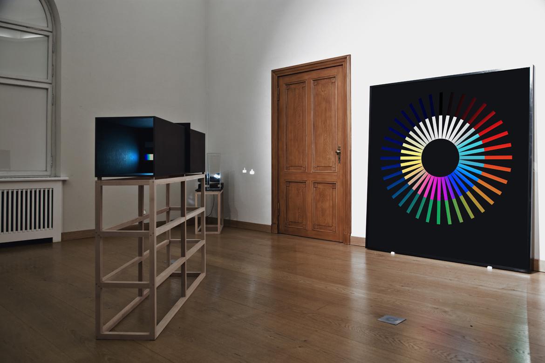 Blick durchs Prisma in der Lichtinstallation von Ingo Nussbaumer