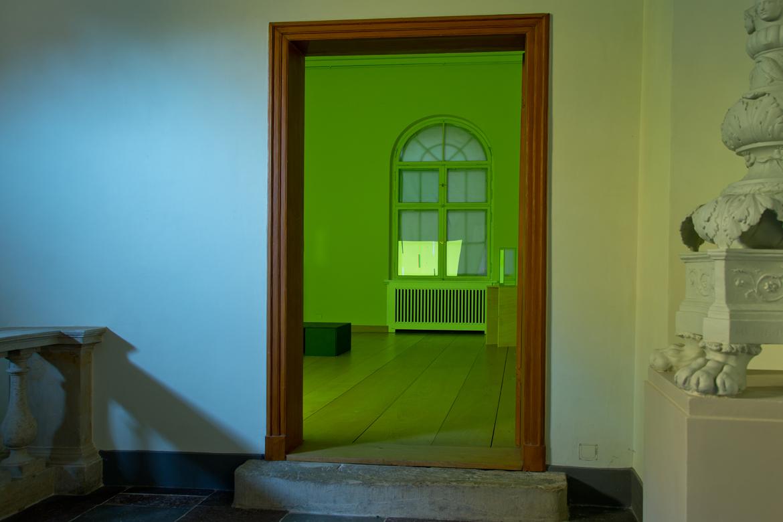 Blick vom Flur in den Raum 2 der Ausstellung mit der Installation
